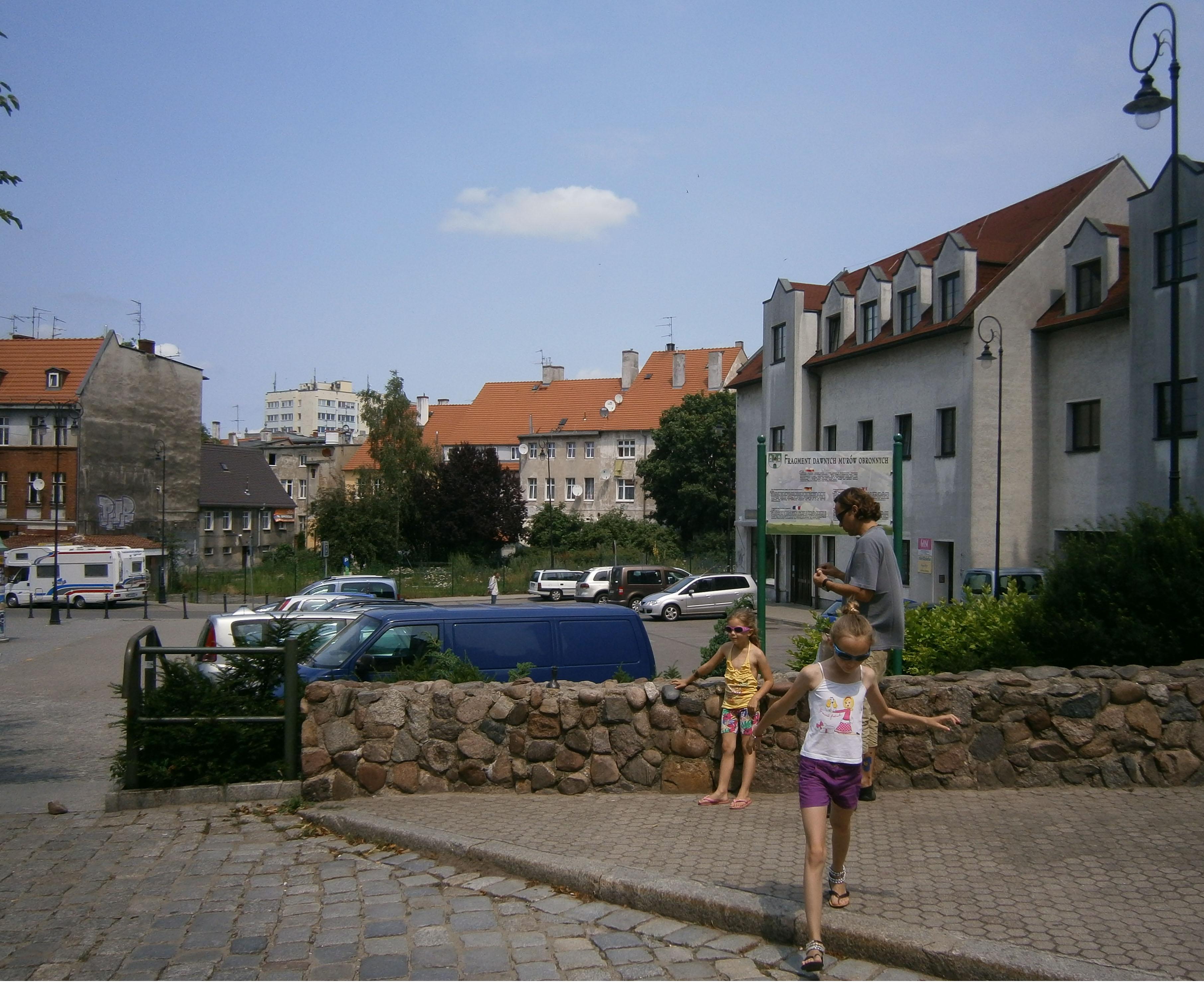zachowane stare mury i młode dzieci średnio zainteresowane faktem, że rycerze tu konie parkowali