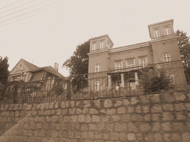 jeden z uroczych domów na skarpie nad rzeką