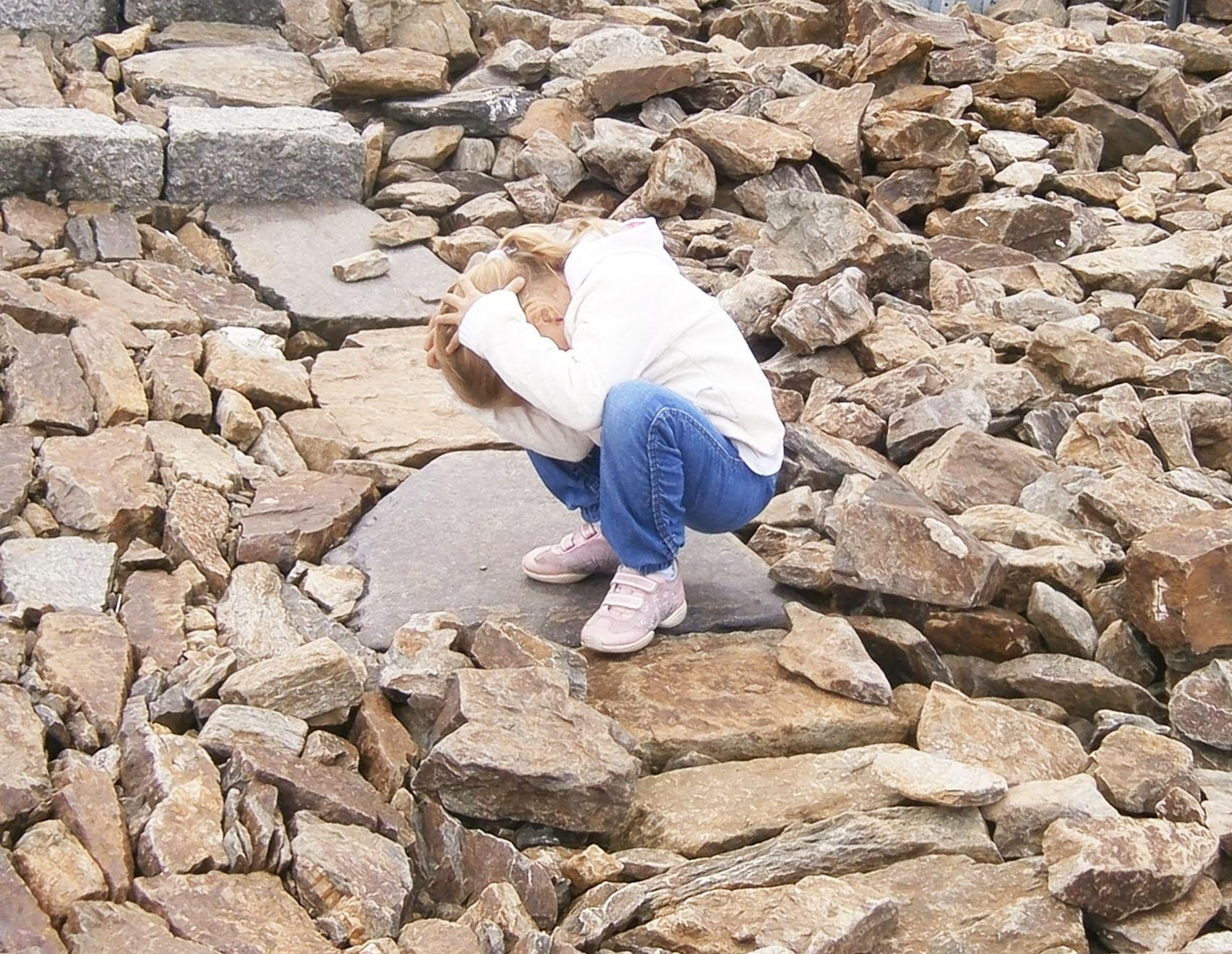 Madzia znika za kamieniem