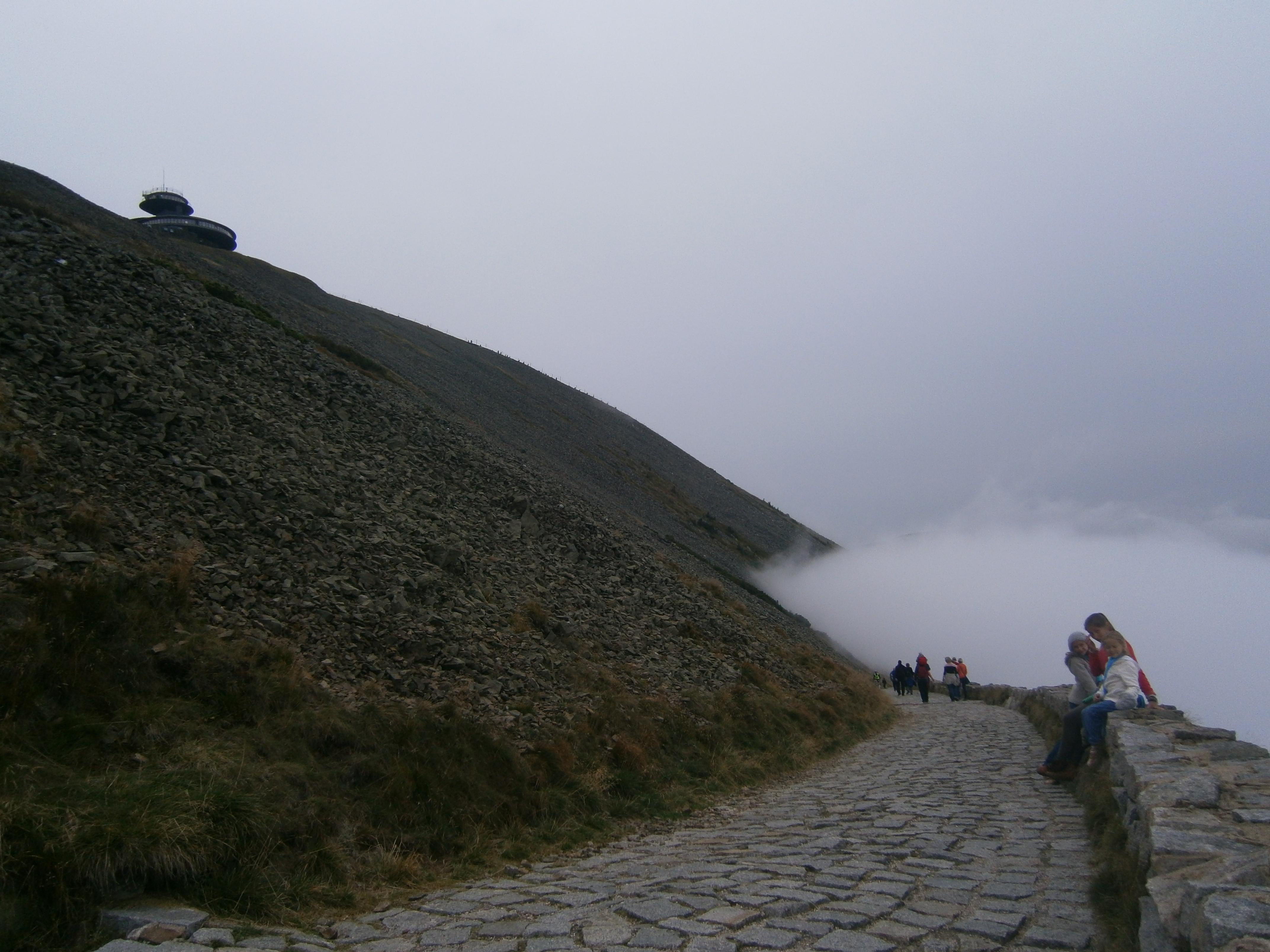chmura wspina się na górę